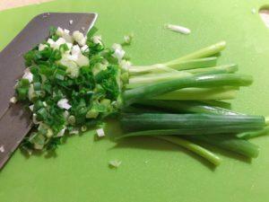 青蔥、薑切細末,高麗菜或是韭黃切細塊