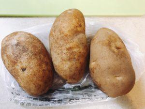 把馬鈴薯洗乾淨,削皮