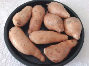 將冷凍後的地瓜放在烤盤上