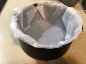 將烘焙紙押入蛋糕模,整形
