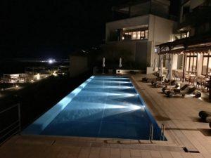 晚間的無邊際泳池