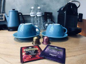房間內配備的膠囊咖啡機與唐寧茶