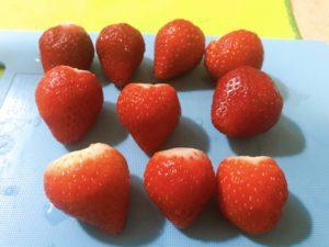 將草莓洗淨、去蒂頭、擦乾。