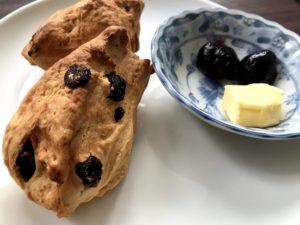 搭配奶油與藍莓果醬