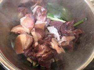 豬肉炒至變色