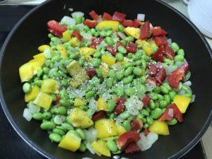 加入黑胡椒、海鹽、雞粉等調味
