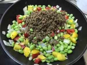 加入煮熟的藜麥,拌炒均勻