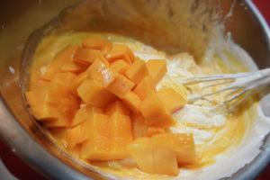 再加入芒果丁,稍微拌勻
