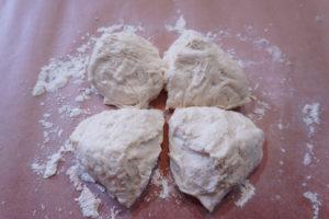 將麵團切成二等份或是四等份
