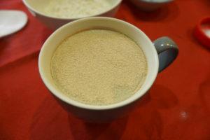 將速發酵母粉放入溫水中,靜置5分鐘