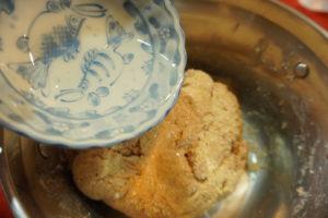 加入椰子油,將椰子油拌入麵團