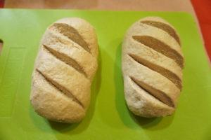 壓平、折疊,整成自己想要的麵包麵團形狀