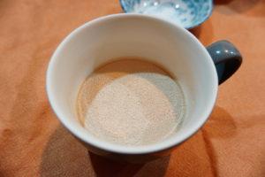 速發酵母放入常溫水中