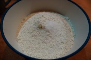 將高筋麵粉、海鹽放在大盆中,混合均勻