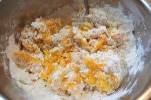 將速發酵母豆漿倒入,加入南瓜泥、雞蛋,無糖豆漿,攪拌成團
