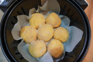 將麵團放在鋪了烘焙紙的氣炸鍋內鍋中