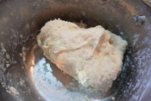 將混合物倒入麵粉中,攪拌成團,揉至三光