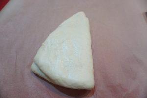 將麵團擀平、對折,再擀平,操作兩三次後,將麵團擀成方形。