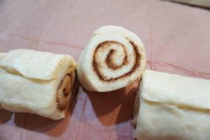 將麵捲切成六等分,排入預先塗好椰子油的圓形蛋糕模內。