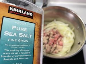加入絞肉與適量鹽巴(需稍鹹的程度)拌炒,至絞肉完全變色
