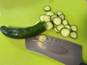 將小黃瓜切成圓薄片