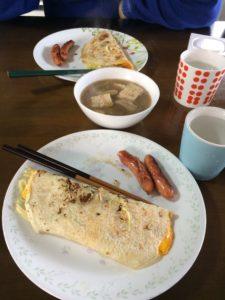 在大先生家餐桌上出現的台灣蛋餅